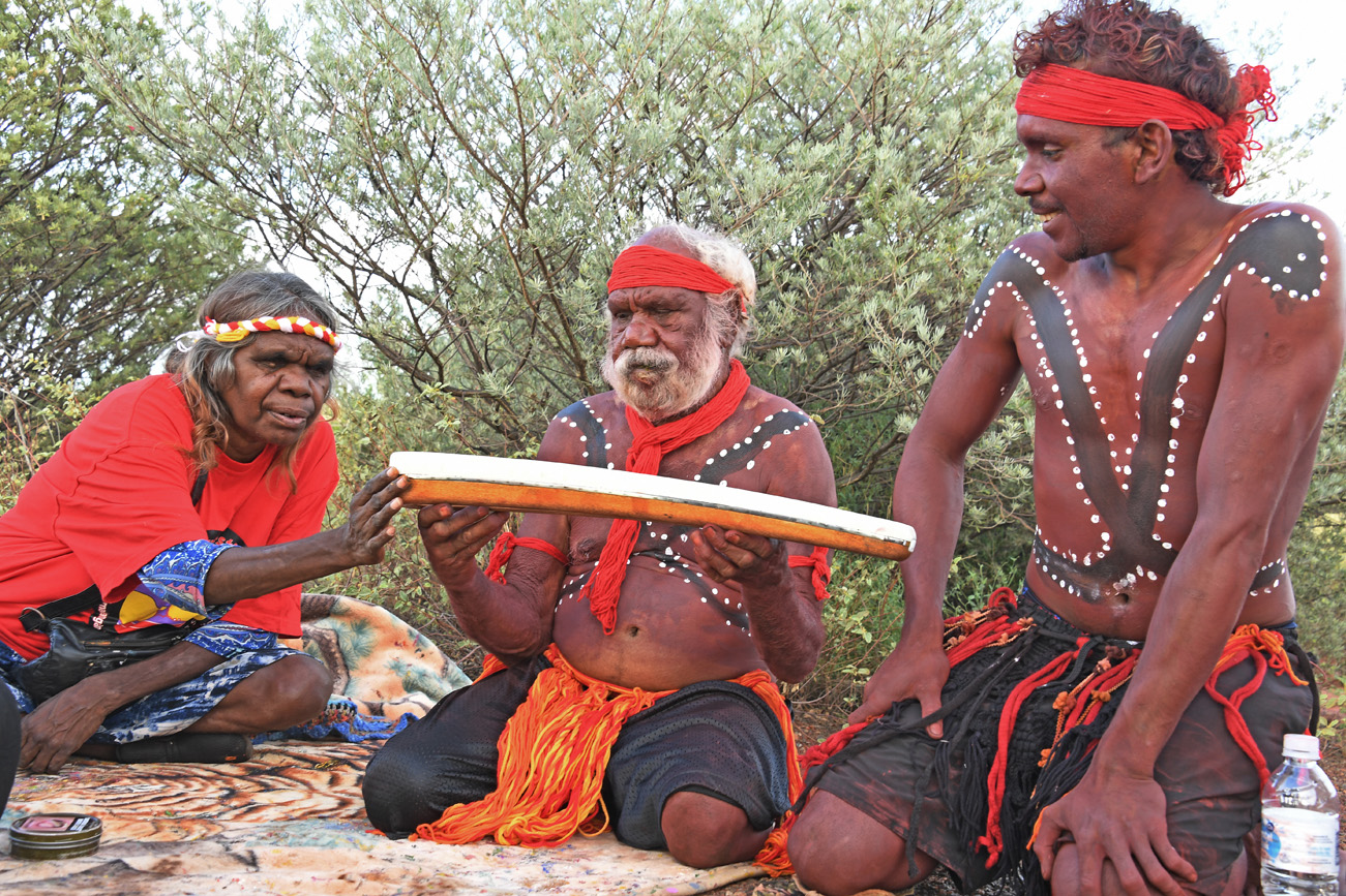 The Anangu Dancers of Uluru with the Queen's Baton